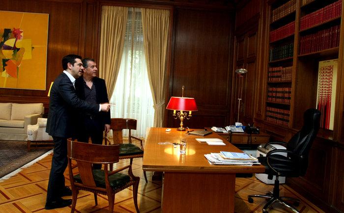 Στην πρόσφατη συνάντηση Τσίπρα - Θεοδωράκη αποκαλύφθηκε ότι το έργο του Ξενάκη βρίσκεται πάνω από το πρωθυπουργικό γραφείο και το έργο του Κοκκινίδη πάνω από το σαλόνι