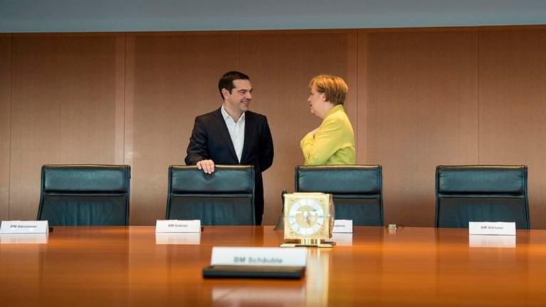 o-aleksis-tsipras-sti-merkel-me-fonto-ta-adeia-tameia-tou-dimosiou