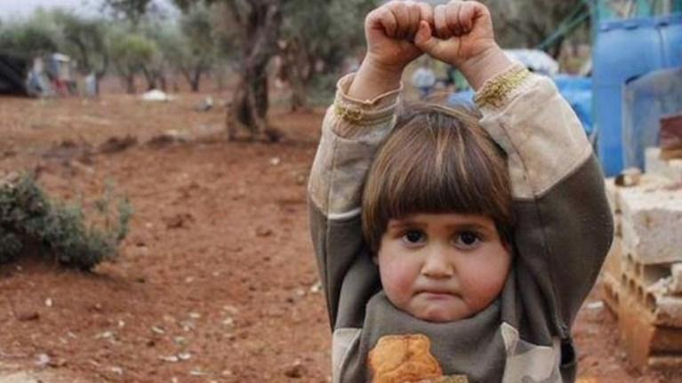 Συγκλονίζει το ορφανό από τη Συρία που «παραδίνεται»! (Φωτό)