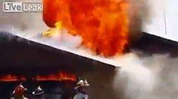 Σοκαριστικό: Πυροσβέστης πέφτει απ' τη στέγη μέσα σε κτίριο που φλέγεται