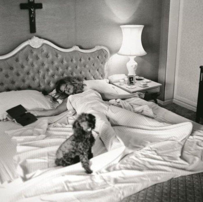 Ιδιωτική ζωή.Στο queen size κρεβάτι της μαζί με το αγαπημένο της σκυλάκι.