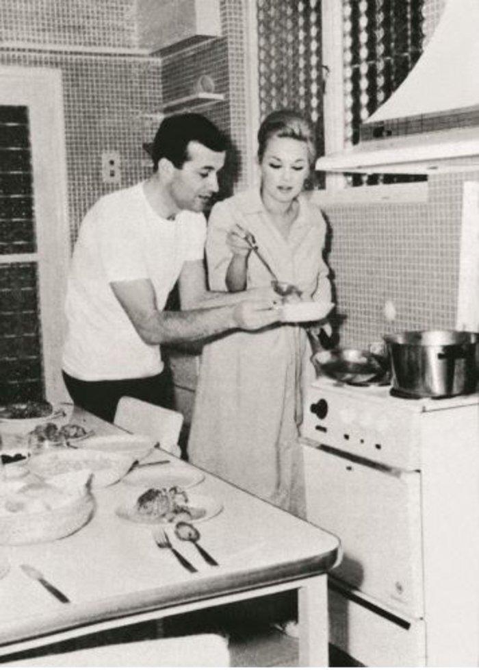 Αλίκη και Δημήτρης.Στην κουζίνα. Η Αλίκη βέβαια σπάνια μαγείρευε. Σπεσιαλιτέ της; Οι τηγανητές πατάτες.