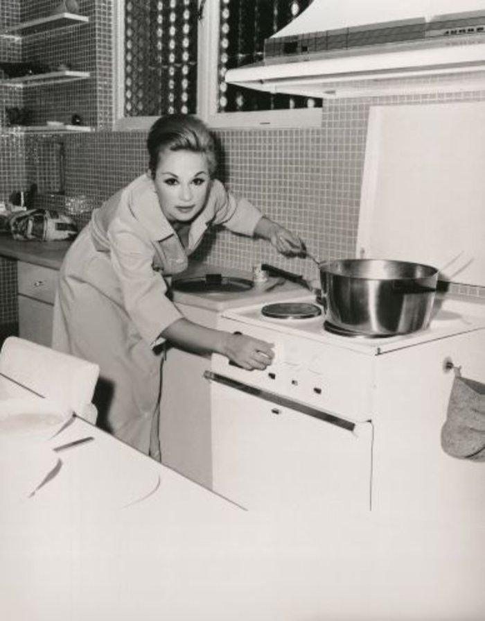 Καλή όρεξη.Στην κουζίνα, την εποχή που ήταν παντρεμένη με τον Παπαμιχαήλ.