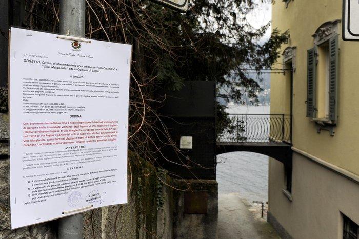 Το επίσημο διάταγμα του δημάρχου της περιοχής, τοποθετημένο έξω από τις βίλες των Κλούνεϊ