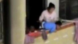 Βίντεο-σοκ: Μητέρα απειλεί να πετάξει το παιδί της από το μπαλκόνι!