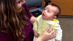 Ανεκτίμητο: Κουφό μωρό ακούει για πρώτη φορά τη φωνή της μαμάς του [Βίντεο]