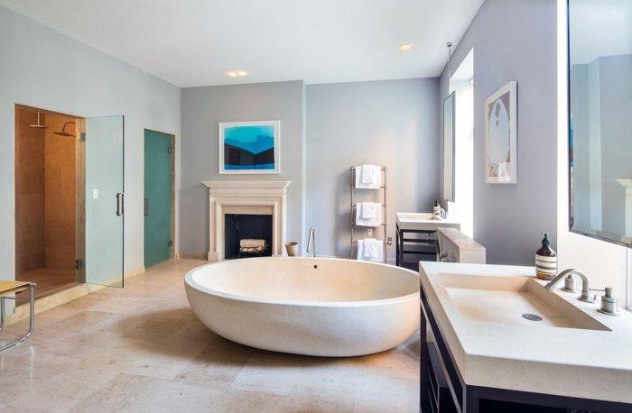 Το εντυπωσιακό μπάνιο με το τζάκι