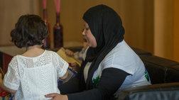 Με τη μαμά της έσμιξε η μικρή πρόσφυγας που βρέθηκε δίπλα στο νεκρό πατέρα