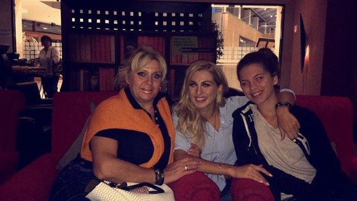 Η Κωνσταντίνα με τη μητέρα της και τη μικρότερη αδελφή της
