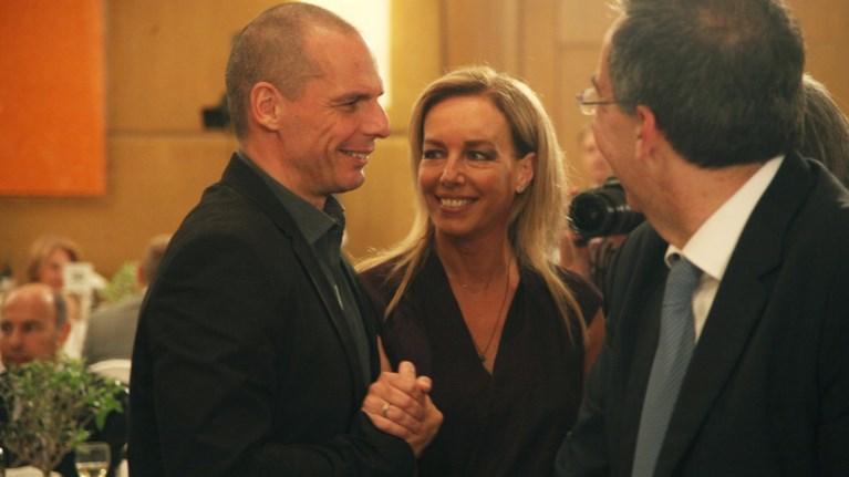 o-baroufakis-krata-trufera-to-xeri-tis-suzugou-tou-akomi-kai-ston-economist