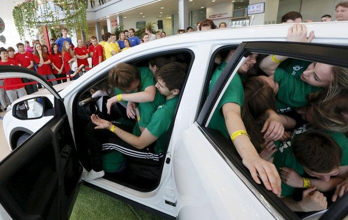 Τελικά πόσοι μπορούν να χωρέσουν σε ένα αυτοκίνητο για το ρεκόρ Γκίνες; - εικόνα 3