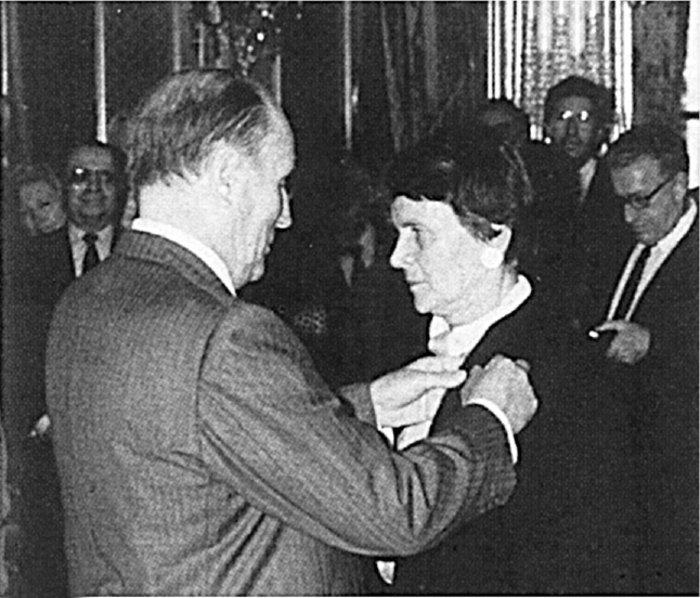 Ο Φρανσουά Μιτεράν απονέμει στην Ελένη Αρβελέρ το Χρυσό Σταυρό της Λεγεώνας της Τιμής