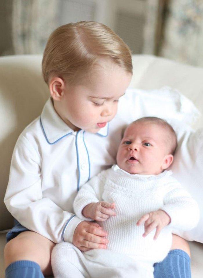 Η πριγκίπισσα Σαρλότ στην αγκαλιά του πρίγκιπα Τζώρτζ [Φωτογραφίες]