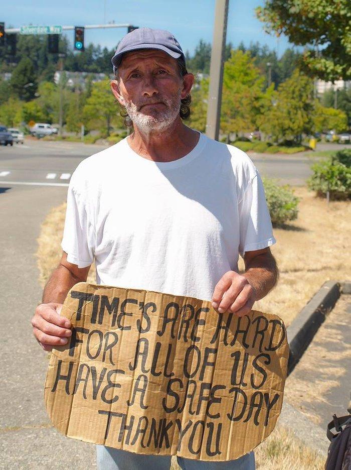 Αυτός είναι ο Εντουαρντ, ο άστεγος άνδρας που θα μείνει στο σπίτι που ετοιμάζει η Χέιλι