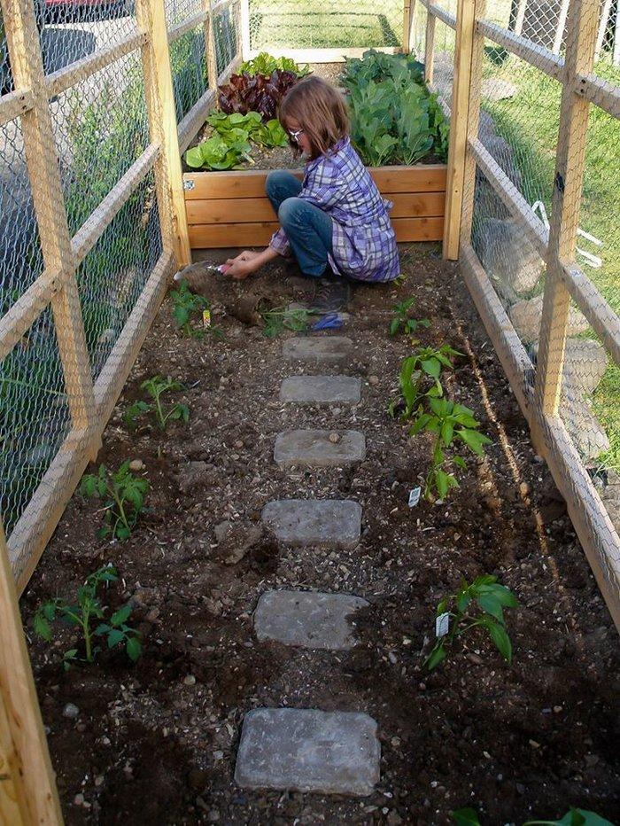 Η Χέιλι ενώ καλλιεργεί τα λαχανικά στο σπίτι της