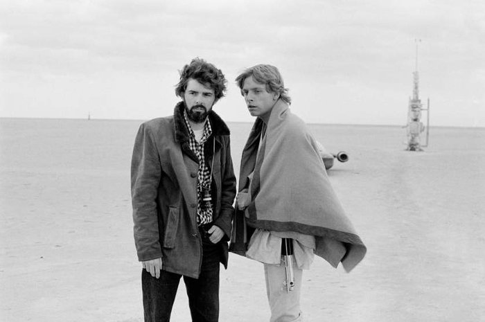 Ο Τζόρτζ Λούκας και ο Μαρκ Χάμιλ (Luke Skywalker) στο σκηνικό της πρώτης ταινίας με τίτλο «Επεισόδιο 4 - Μια Νέα Ελπίδα»