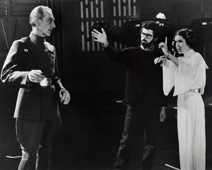 Ο Τζόρτζ Λούκας δίνει εντολές στον Πίτερ Κάσινγκ (Μέγας Μοφφ Τάρκιν) και την Κάρι Φίσερ.