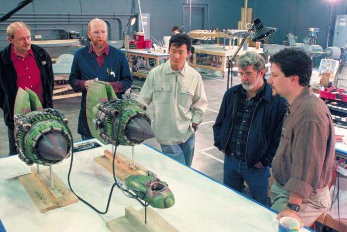 Ο Λούκας εξετάζει εμ συνεργάτες του μια μινιατούρα σκάφος για το «Επεισόδιο 1 - Η Αόρατη Απειλή»
