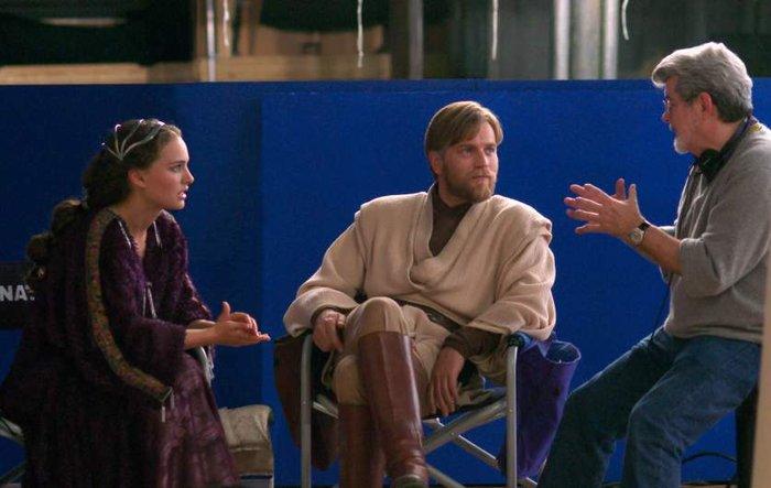 Η Νάταλι Πορτμαν (Βασιλισσα Αμιντάλα και ο Γιούαν ΜακΓκρεγκορ (Όμπι-Ουάν Κενόμπι) παίρνουν εντολές από τον Λούκας στο «Επεισόδιο 3 - Η Εκδίκηση των Σιθ»