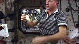 monadiko-binteo-astronautis-ftiaxnei-cheeseburger-sto-diastima