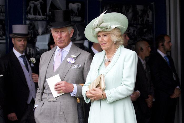 Κάρολος και Καμίλα με τις, ενδεδειγμένες για την περίσταση, στολές.