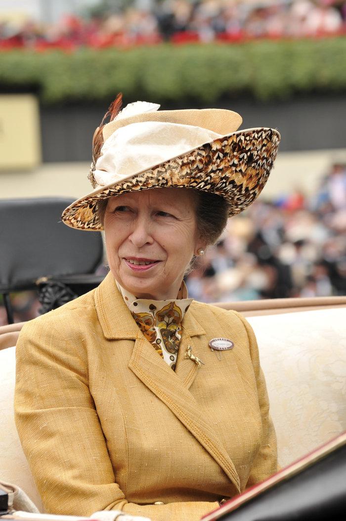 Μα καλά δεν ψωνίζει η πριγκίπισσα Αννα; Το ίδιο ακριβώς συνολάκι είχε φορέσει τέσσερις φορές