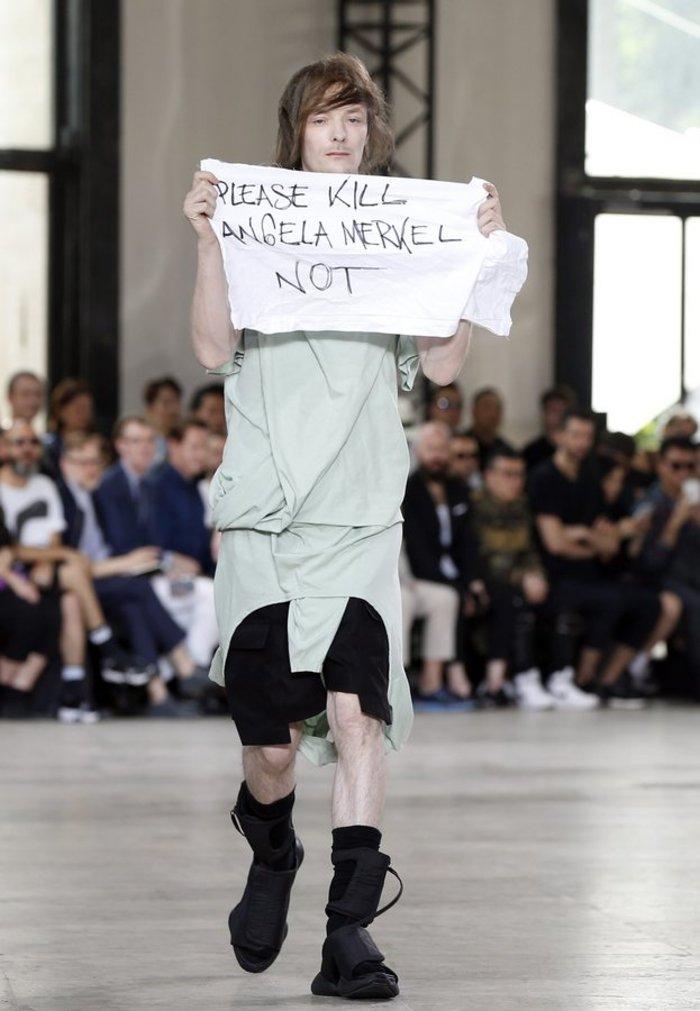 Διαμαρτυρία με πανό «παρακαλώ σκοτώστε την Ανγκελα Μέρκελ» στην πασαρέλα