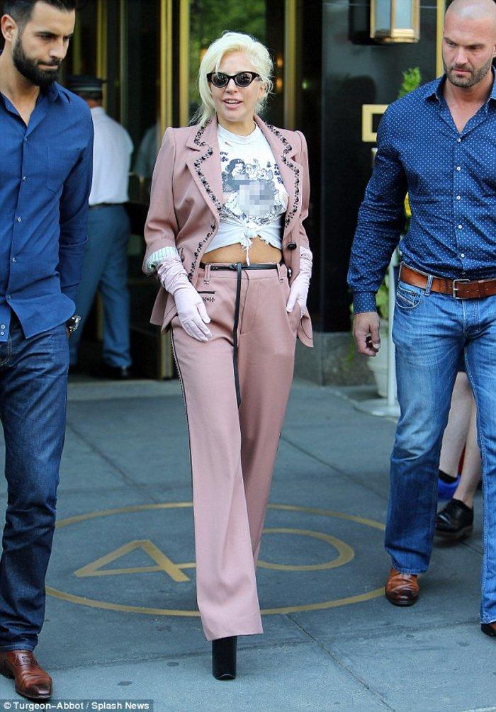 Lady Gaga: Σκληρό πορνό στην μπλούζα της