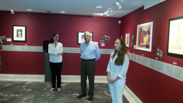 (Από αριστερά) Η επιμελήτρια της έκθεσης, Μαρία Κουτσομάλλη, ο διευθυντής του Μουσείου, Κυριάκος Κουτσομάλλης και η πρόεδρος του Ιδρύματος Γουλανδρή, Φλορέτ Καραδόντη στη δημοσιογραφική ξενάγηση
