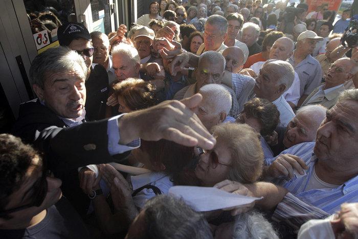 Οι συνταξιούχοι στις ουρές πληρώνουν το δημοψήφισμα:τραγικές εικόνες