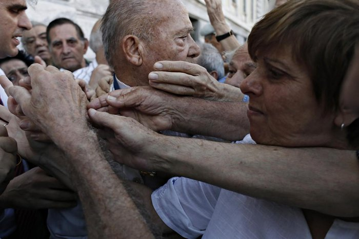 Οι συνταξιούχοι στις ουρές πληρώνουν το δημοψήφισμα:τραγικές εικόνες - εικόνα 3
