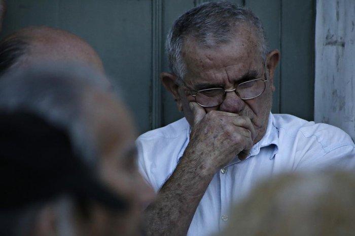 Οι συνταξιούχοι στις ουρές πληρώνουν το δημοψήφισμα:τραγικές εικόνες - εικόνα 4