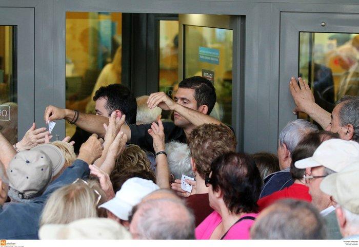 Οι συνταξιούχοι στις ουρές πληρώνουν το δημοψήφισμα:τραγικές εικόνες - εικόνα 6