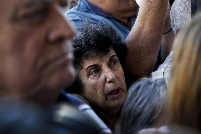 Οι συνταξιούχοι στις ουρές πληρώνουν το δημοψήφισμα:τραγικές εικόνες - εικόνα 7