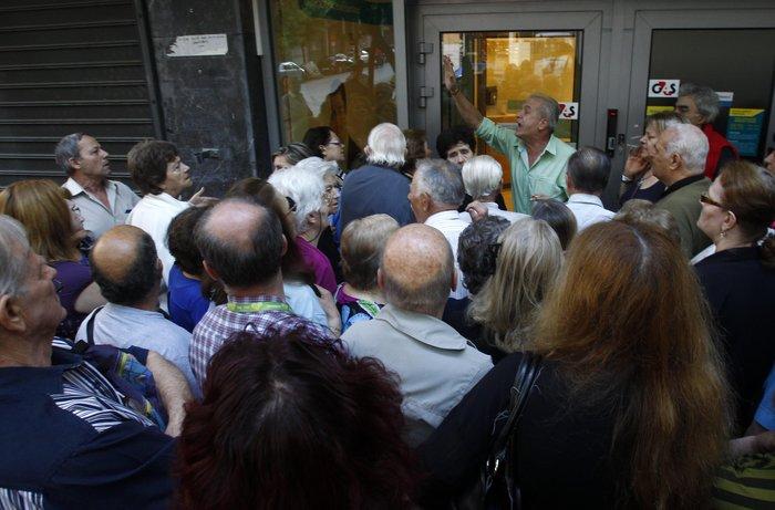 Οι συνταξιούχοι στις ουρές πληρώνουν το δημοψήφισμα:τραγικές εικόνες - εικόνα 2