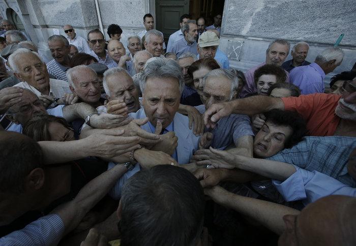 Οι συνταξιούχοι στις ουρές πληρώνουν το δημοψήφισμα:τραγικές εικόνες - εικόνα 5