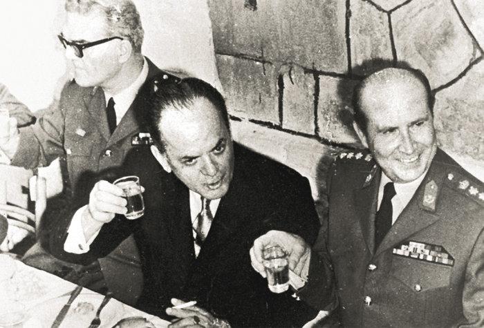 Ο Γεώργιος Παπαδόπουλος (μέσον)