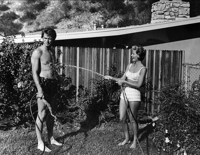 Ο Κλιντ Ίστγουντ και η σύζυγός τους Μάγκι κάνουν παιχνίδια στην αυλή του σπιτιού τους