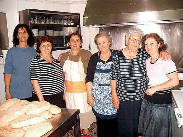 Οι εθελόντριες μαγείρισσες - δεύτερη από δεξιά η κυρία Μαρία - που προσφέρουν καθημερινά φαγητό στα συσσίτια του Ιερού Ναού Μεταμορφώσεως
