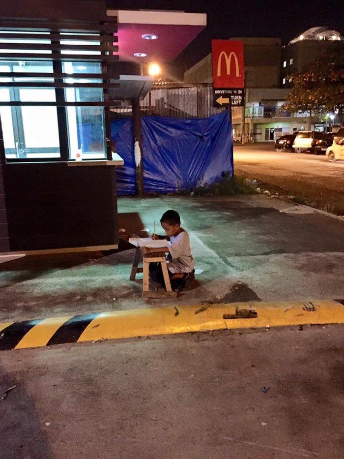 Αστεγο αγόρι που διαβάζει στο πεζοδρόμιο προκαλεί παγκόσμια συγκίνηση