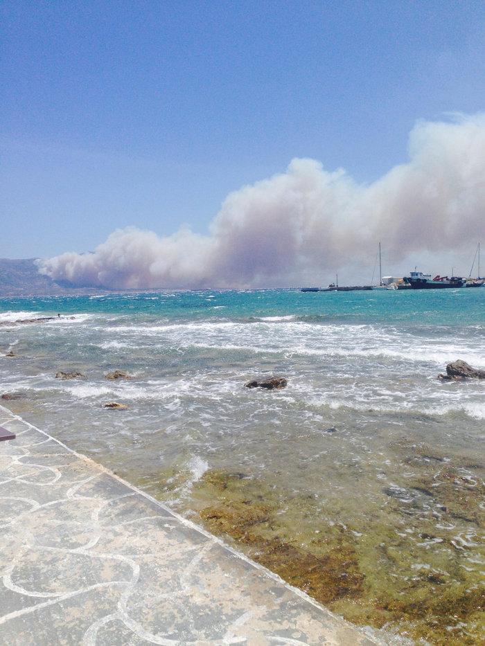 Η μεγάλη φωτιά, όπως τη βλέπουν από την Ελαφόνησσο