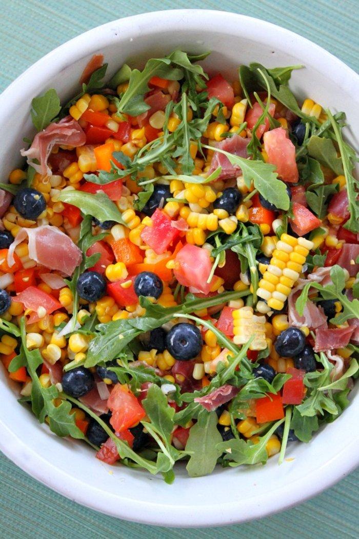 Δροσερή σαλάτα με μούρα, καλαμπόκι και προσούτο... φωνάζει «καλοκαίρι»