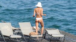 Η διάσημη καλλονή σκέφτεται πώς να βουτήξει σε λίμνη της Ιταλίας...