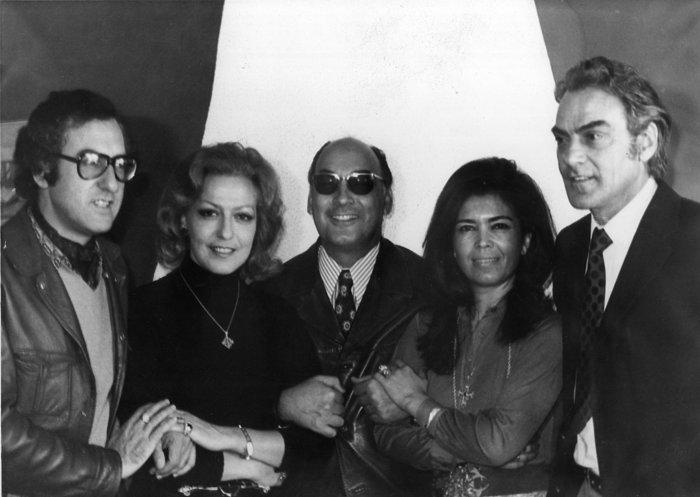 Οικογενειακή φωτογραφία με τον Δ. Ζουμπουλάκη στο μέσον. Από αριστερά ο ζωγράφος Πέτρος Ζουμπουλάκης, η μεγάλη ηθοποιός, Βούλα Ζουμπουλάκη, η Φρύνη και ο Νίκος Ζουμπουλάκης