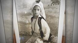 Ποιον σας θυμίζει η 7χρονη με την παραδοσιακή στολή;