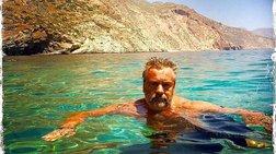 Ο σκηνοθέτης του «Απέραντου Γαλάζιου» κολυμπά στην Αμοργό 25 χρόνια μετά!