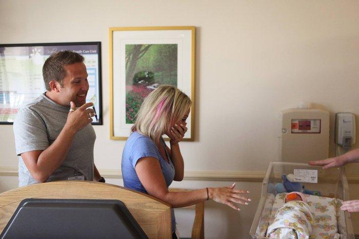 Γονείς συναντούν το υιοθετημένο μωρό τους για πρώτη φορά! - εικόνα 5