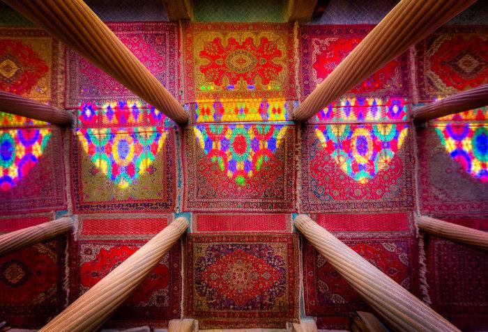 Στήλες, χαλιά, χρώματα και φως, τζαμί Nasir al-Mulk στο Σιράζ