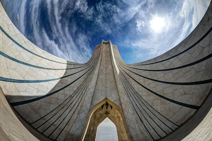 Ο πύργος freedom-give-me-hug-azadi, στην Τεχεράνη