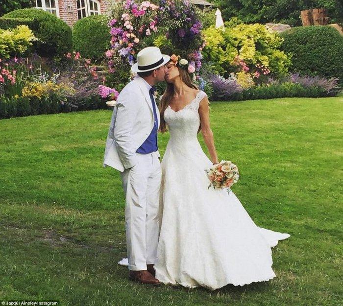 Ο μαγικός γάμος του - πρώην της Μαντόνα - Γκάι Ρίτσι με 33χρονη καλλονή